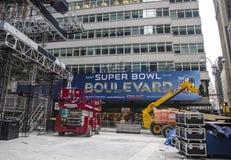 Super Bowl-Boulevardbau laufend auf Broadway während der Woche des Super Bowl XLVIII in Manhattan Lizenzfreie Stockfotos