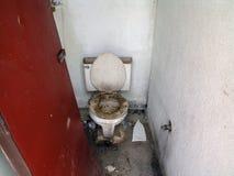 Super bruto openbare badkamers stock afbeeldingen