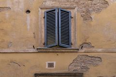 Super chłodno żaluzje w Włochy, grżą brzmienia, dżdżownica, rocznik powierzchowność Wszystko autentyczny zdjęcia stock