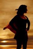 Super de heldenkaap van de silhouetvrouw stock foto