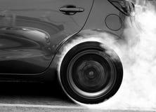 Super en autowiel die afdrijven roken Stock Afbeelding