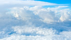 Super große Wolken auf Himmel stockbild