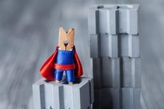 Super héroe de la pinza en el edificio abstracto Concepto del hombre fuerte Foto de archivo