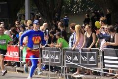 Super héroe de la raza de la corrida del maratón Imágenes de archivo libres de regalías