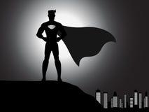 Super héroe de la silueta en la ciudad Foto de archivo libre de regalías