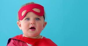 Super héroe del bebé que mira lejos almacen de video