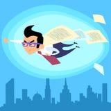 Super héroe del hombre de negocios que vuela sobre el trato del contrato de la ciudad Foto de archivo