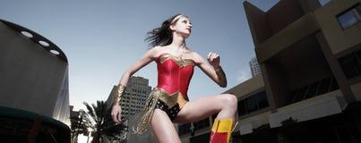 Super héroe en la ciudad foto de archivo