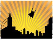 Super héroe silueteado que vuela apagado en la puesta del sol