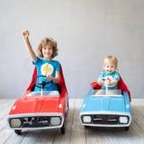 Super héroes de los niños que juegan en casa fotografía de archivo libre de regalías