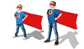 Super héroes del equipo Retrato del muchachos en los trajes de un super héroe aislados en el fondo blanco fotografía de archivo