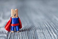 Super héros de pince à linge Homme drôle de superhéros Fond en bois Copiez l'espace Photographie stock