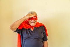 Super héros examinant la distance Photographie stock