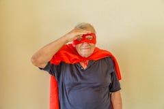 Super héros examinant la distance Photos stock