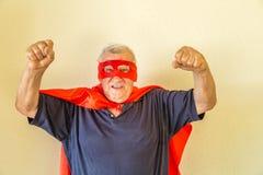 Super héros mûr soulevant des poings Photographie stock libre de droits