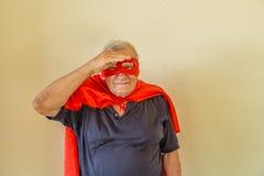 Super héros supérieur examinant la distance Image libre de droits