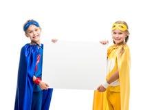Super héros tenant le conseil vide Photographie stock
