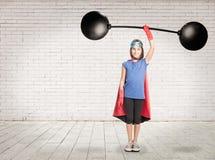 Super héros tenant un poids lourd images stock