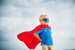 Super Heldenjong geitje met masker het vliegen stock afbeeldingen