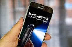 Super-helle LED-Taschenlampen-APP auf Samsung S7 Stockbilder
