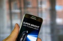 Super-helle LED-Taschenlampen-APP auf Samsung S7 Lizenzfreies Stockbild