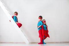Super-herói dos jogos das crianças foto de stock