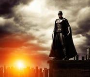 Super-herói escuro na arquitetura da cidade de negligência do telhado ilustração royalty free