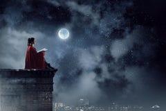 Super-herói no telhado Meios mistos imagens de stock