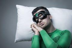 Super héros dormant sur un oreiller flottant dans le ciel Photos libres de droits