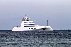 Super jacht cumujący z brzeg przy Rottingdean fotografia royalty free