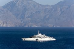 Super jacht i tło góry Zdjęcia Royalty Free