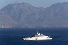 Super jachtu zaćmienie przy kotwicą na zatoce Mirabello Fotografia Stock