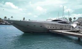 Super jachty cumujący przy Oranjestad Obraz Stock