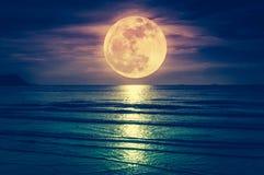 Super księżyc Kolorowy niebo z obłocznym i jaskrawym księżyc w pełni nad se