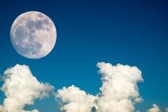 Super księżyc w pełni z jasnym niebieskie niebo chmury dniem dla tła tła use Obrazy Stock