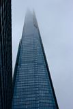 Super lange Wolkenkrabber in mistig Londen Stock Foto's