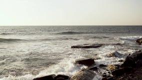 Super langsame MO-Seewellenbrecher über Flusssteine stock video footage