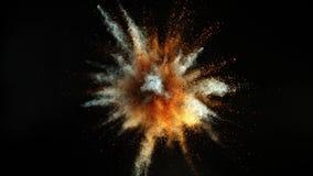 Super langzame motie van gekleurde die poederexplosie op zwarte achtergrond wordt geïsoleerd stock video
