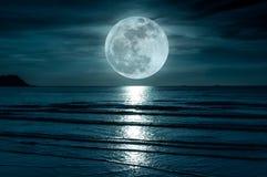 Super maan Kleurrijke hemel met wolk en heldere volle maan over Se Royalty-vrije Stock Afbeeldingen