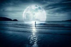 Super maan Kleurrijke hemel met wolk en heldere volle maan over Se Stock Afbeelding