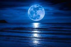 Super maan Kleurrijke hemel met wolk en heldere volle maan over Se Stock Fotografie