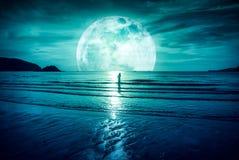 Super maan Kleurrijke hemel met wolk en heldere volle maan over Se Royalty-vrije Stock Foto