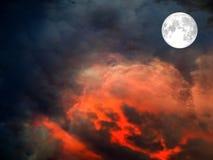 super maan op de donkerrode wolk van de hemellava Stock Afbeeldingen