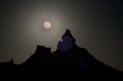 Super Maan over gesilhouetteerde piek Royalty-vrije Stock Foto's