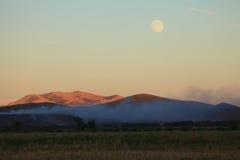 Super maan rond de heuvels royalty-vrije stock foto's