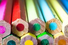 Super macroschot van gekleurde pennen stock afbeeldingen