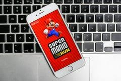 Super-Mario Run-Spiel auf iPhone Lizenzfreie Stockbilder