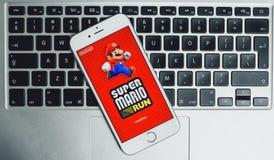 Super-Mario Run-Spiel auf iPhone Lizenzfreie Stockfotos