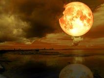 super Mond und Ebbe des vollen Bluts im Nachtmeer Lizenzfreies Stockbild
