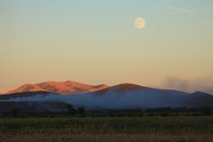 Super moon around the hills Royalty Free Stock Photos
